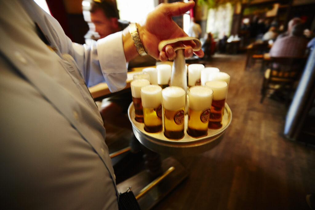 Kellner mit Bierkranz
